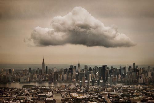 """jonathanmoore: Midtown Cloud """"snauwde ik dit van de stoel bij het raam als mijn vliegtuig naderde LaGuardia Airport.  De wolk is over Manhattan, terwijl Brooklyn en Queens zijn visibile op de voorgrond, gescheiden door Newtown Creek. """"In de ban van Jeff Weston"""