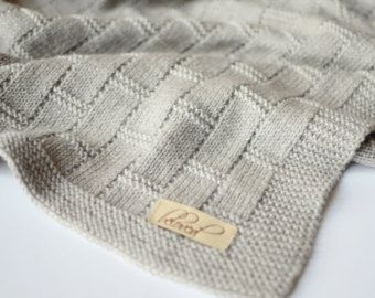 Deze hand gebreide baby jongen deken gemaakt van 100% merinoswol is perfect voor een zacht en snuggly slaap voor kostbare baby. Hand gebreide gooien deken is ongelooflijk zacht, elastisch en zal zeker wikkel baby in warmte en liefde. De perfecte maat voor een reiswieg, wandelwagen, wieg of overal die u wilt toevoegen van een beetje van warmte en stijl. Het maakt een mooie handgemaakte wrap voor pasgeboren fotos, speciale gelegenheden, en ceremonies, zou een praktische nog mooie babydouche of…