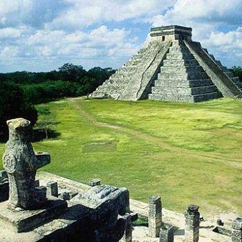 La jungle précolombienne et les vestiges de la civilisation maya, caractérisée par son extraordinaire architecture (palais, vastes places, temples, observatoires et terrains de jeux de balle). Plaine aride du Yucatan au Mexique, ruines d'Uxmal et Chicen Itza, puis Cancun puis Tulum dans le Yucatan, et le Belize, au sud du Mexique, au site de Lamanai  à l'embouchure du New River Lagoon.  Le site de Castillo à Tulum surplombe la mer des Antilles = plongée autour de la barrière de corail du…