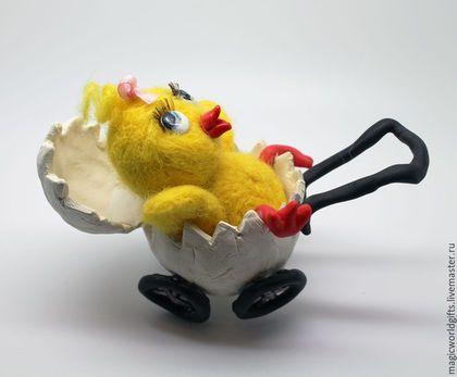 Купить или заказать Игрушка из шерсти 'Новорожденный цыпленок' в интернет-магазине на Ярмарке Мастеров. Коллекционная фигурка цыпленка в колясочке-скорлупке сделана из натуральной шерсти методом сухого валяния. Скорлупка, клювик, глазки и лапки сделаны из специального пластика, обожжены и раскрашены вручную. Цыпленок может стать милым и оригинальным подарком на рождение ребенка. Готов подарить тепло и радость своему новому хозяину, создает уют в доме…