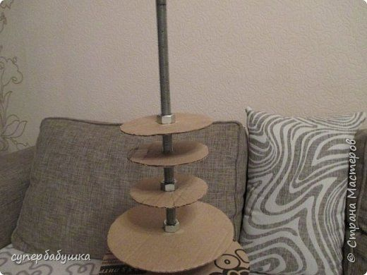 Приспособление для  плетения  ваз различных  конфигураций  состоит из  диска-основания, стержня и гаек. фото 4