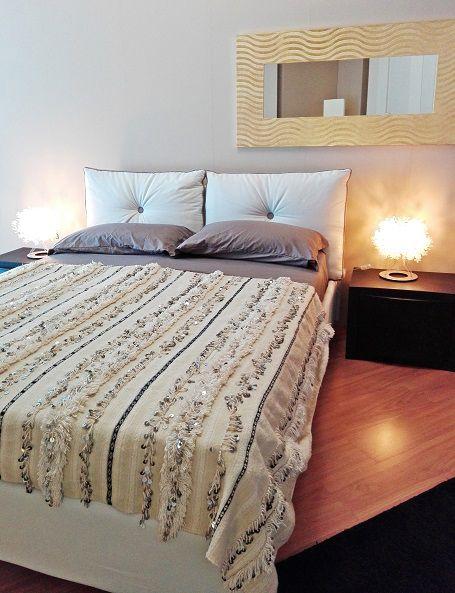 Bellissima handira vintage, la tradizionale coperta nuziale berbera, che può essere usata oltre che come coperta, anche come tappeto, per vestire un divano o appesa al muro per decorare una parete, apportando un tocco di raffinatezza e glamour in ogni ambiente. Realizzata a mano dalle popolazioni berbere dell'Alto Atlante in Marocco, è in lana e cotone e decorata con paillettes in metallo che scintillano e con il movimento producono un dolce suono #boho #HomeDecor #etnico #bohemian #vintage