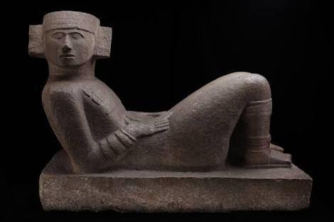 Las enigmáticas esculturas de Chac-Mool - Una de las esculturas más peculiares de la arqueología mexicana es sin duda la que conocemos con el nombre de Chac Mool, encontrada principalmente en las zonas de Chichén Itza y Tula. Se trata, en la mayoría de los casos, de una figura humana reclinada hacia atrás, con las piernas encogidas y la cabeza girada, en cuyo vientre descansa un recipiente circular o cuadrado. El nombre maya con el cual se le conoce fue asignado por el viajero Auguste Le…