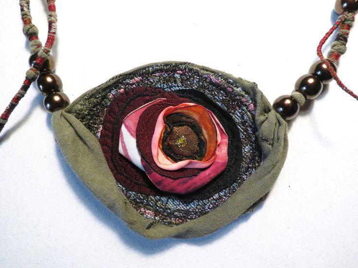 collana boho,gioielli gipsy,upcycled jewelry,collana maxi con fiore di stoffa,rosa di stoffa,girocollo boho,collana in tessuto,bohemien cv2 di decorandom su Etsy