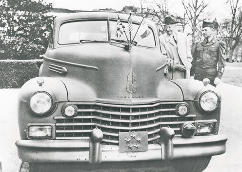 1942: Eisenhower, ante el Cadillac Sedan que utilizaría para sus viajes en Londres.