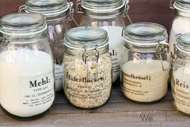 DIY-Idee für den Vorratsschrank: Labels für Vorratsgläser. Ikea Korken. In 1,8 L passt 1 kg Mehl...