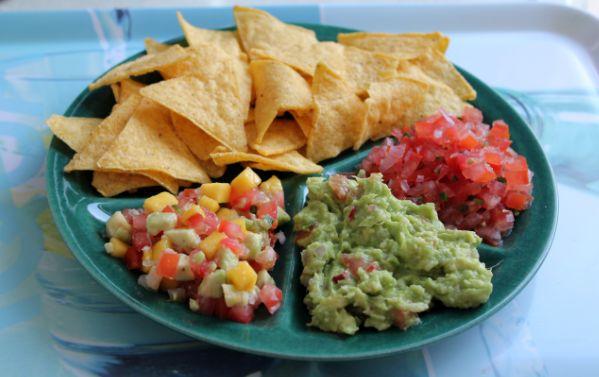 photo zomerse-dipsauzen-salades-tomatensalsa-guacamole-exotische-salsa-nachos-tacos-tortillachips-mexicaans-recept_zps7aefb3f7.png
