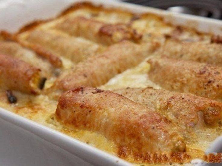 INGREDIENTE: -700 g de mușchiuleț de porc; -500 g de ciuperci Champignon; -2 cepe; -2 ouă; -150 g de cașcaval tare; -un pahar de smântână dulce; -1.5 pahare de apă; -sare — după gust; -piper negru măcinat — după gust; -40 ml de ulei de floarea-soarelui. MOD DE PREPARARE: 1.Pregătiți umplutura: puneți 2-3 linguri de ulei de floarea-soarelui într-o tigaie și încingeți-l pe foc moderat. 2.Curățați ceapa și tăiați-o în jumătăți de semilună. Apoi prăjiți-o până va deveni aurie. Nu uitați să o…
