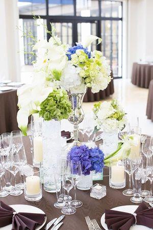 白をメインにアクセントでブルーを使うとナチュラルで爽やかな印象☆ 青い会場装花のアイデア一覧。