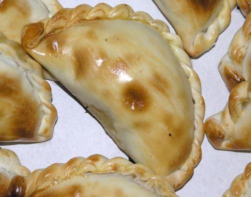 Empanada de humita. Preparacion:. En una cacerola con aceite, freír las cebollas picadas y dejarlas hasta que estén transparentes. Incorporar el choclo, el queso y la salsa blanca. Sazonar con sal, pimienta y nuez moscada. Repartir el relleno, mojar...