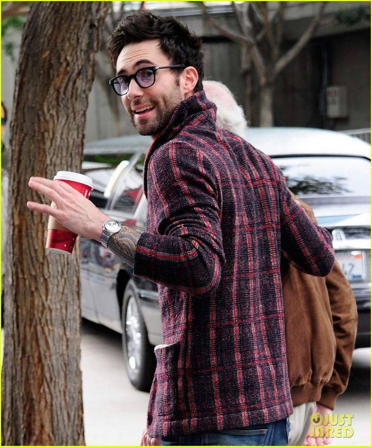 Adam Levine: Christmas Day Lakers Game!  Adam Levine flashes a peace sign while heading into Staples Center to watch the Los Angeles Lakers take on the New York Knicks on Christmas Day Tuesday (December 25) in Los Angeles.
