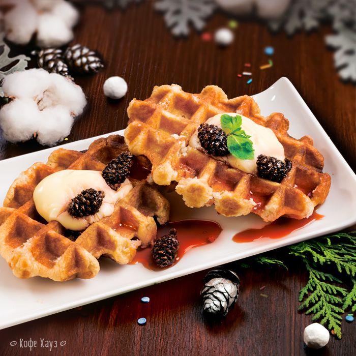 Смотрите, какие вкусные Вафли с вареньем из шишек! Кто уже успел попробовать эту новинку в Кофе Хауз?)  #кофехауз #зима #десерт #вафли #шишки #варенье