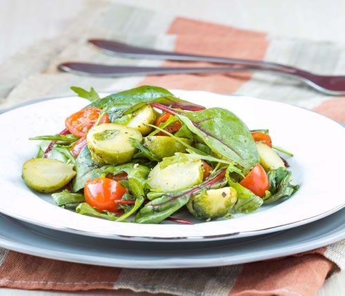 Hoewel ze vaker worden gekookt, zijn spruitjes, snijbieten en boerenkool ook heerlijk als salade, zolang ze dun gesneden zijn. spruitjessalade versnipperd..
