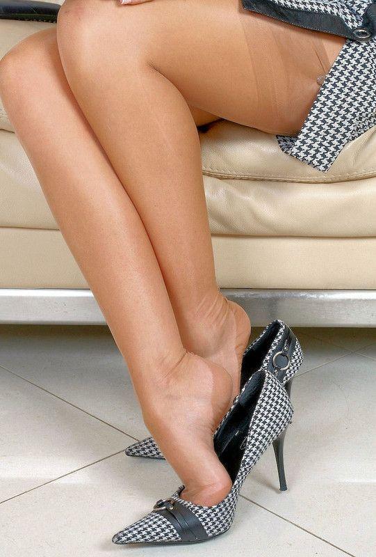 Photo de femmes assises en bas nylon et talons hauts