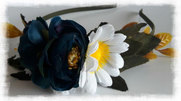 """Čelenka+""""Marjánka""""+Čelenka+s+modrými+a+bílými+květinkami,+vhodná+na+každý+den+i+slavnost+velikou,+vytvořená+z+kovového+čelenkového+základu+v+tmavě+zeleném+""""kabátku""""+a+textilních+květů+a+listů+.+Velikost+:+univerzální+Velikost+aplikace+:+cca+18+x+7+cm"""