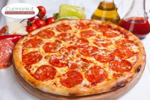 La pizza alla diavola è adatta a tutti gli amanti dei gusti piccanti. E'molto semplice da realizzare, basta aggiungere alla classica farcitura di pomodoro e provola, il salame piccante e per i più audaci anche il peperoncino tritato. Buona preparazione chef diavoletti!