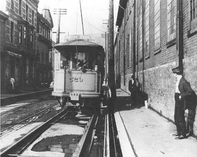#Griffintown - 1906. Tramway # 529, ligne Notre-Dame, entre la rue Dominion et la rue Fulford.  Construit par la Montreal Street Railway en 1899 et retiré entre 1915 et 1925.  #GriffinFacts #archives Source : Archives de la STM - Mouvement collectif