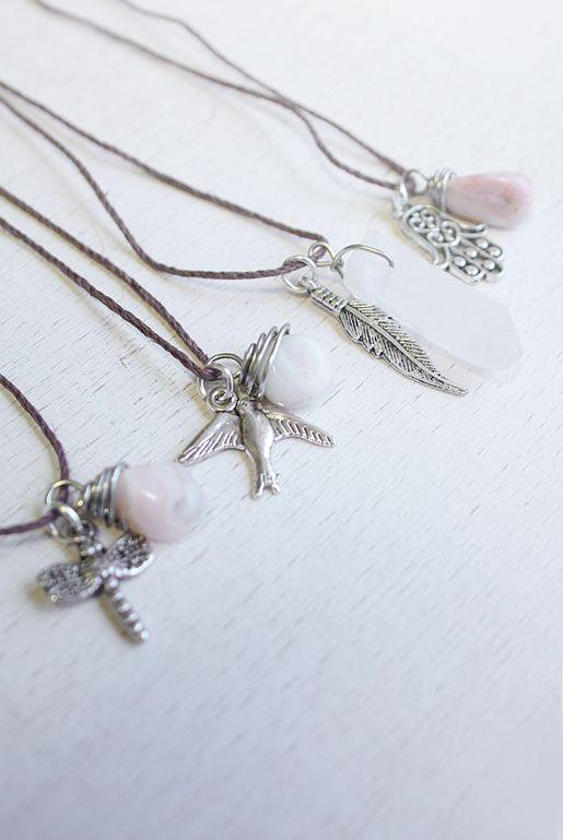 Bohemiska halsband med berlocker | Foxboheme - Halsband med små silverfärgade berlocker och stenar. Finns i fyra olika varianter. Trollslända, duva, fjäder, hamsa hand. Opal och bergskristall.