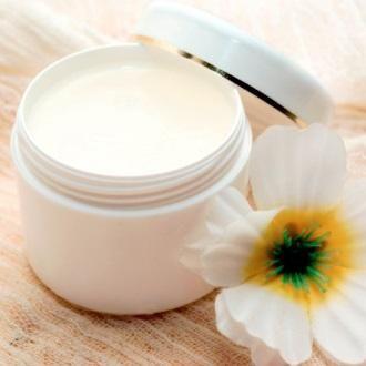 Trucos de belleza con vaselina. La vaselina es un producto derivado del petróleo que es frecuentemente usado en tratamientos de belleza. Su económico precio, sus propiedades protectoras y sus múltiples usos han hecho que muchas muje...