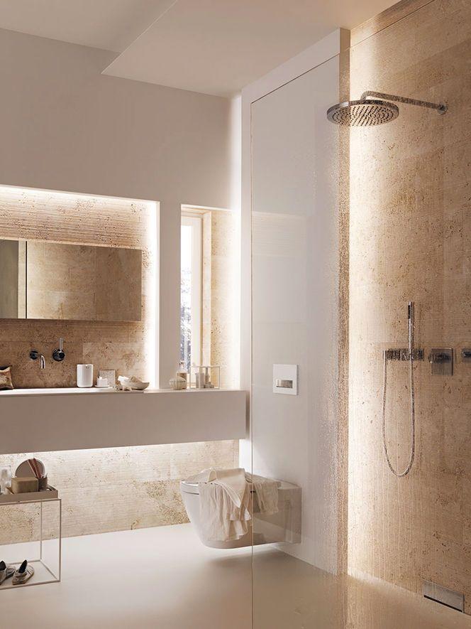 Nuances de marbré grège et de rosé, surfaces sublimées par l'éclairage. Atmosphère douce pour cette salle de bain.(variante de salle de bain classique)