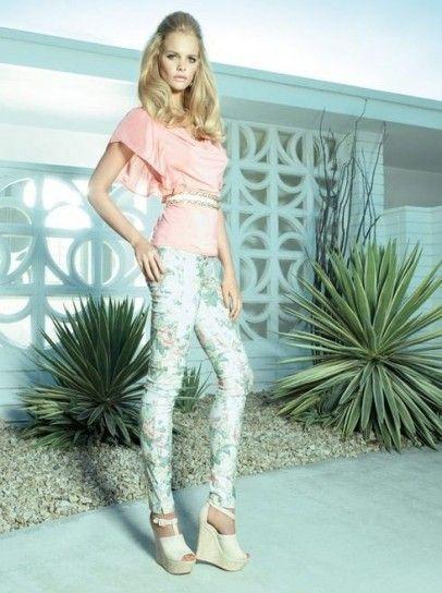 Dalla collezione primavera estate 2013 di abbigliamento Fornarina, top e pantaloni a fiori.