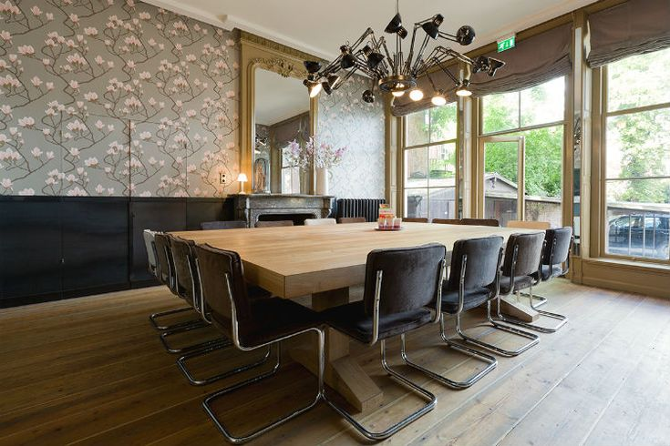Het interieur van de vergaderkamer is combinatie van klassiek en modern.  Ontwerp DENK RUIM OVER INTERIEUR