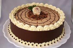 Massa de chocolate, recheios de creme de chocolate e brigadeiro branco.