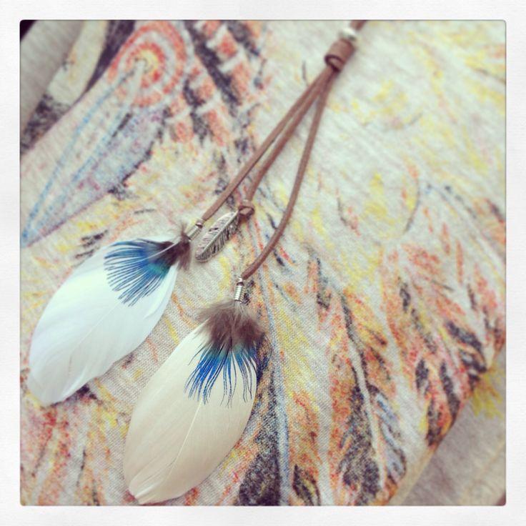 Collar con cordón de ante y plumas.