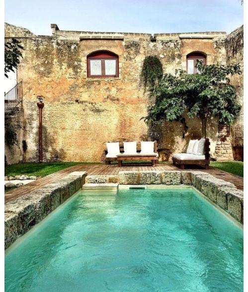 Une piscine dans une villa italienne