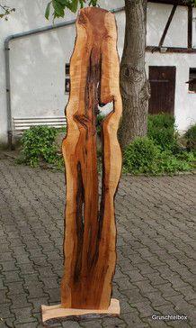 Holzstele aus Apfelbaum Diese schöne Holzstele aus lackiertem Apfelbaum ist eine wunderschöne Dekoration für Haus und Garten. Besonders wirkungsvoll, wenn sich eine Lichtquelle dahinter befindet. Sie ist mit Fuß ca. 2m hoch, 60 cm breit und 26 cm tief. Und vorallem handgemacht