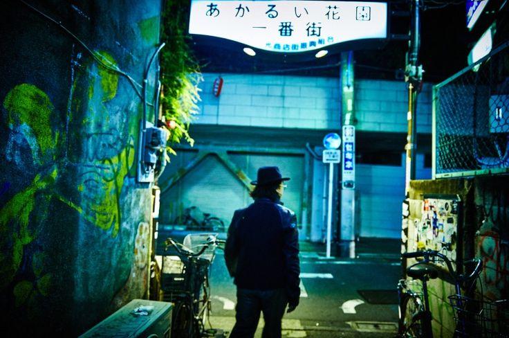 """菊地成孔、深夜の新宿を征く ── 東京の異国を巡る""""アルマーニ散歩"""" Vol.3 新宿 ( page 3 )   GQ JAPAN"""