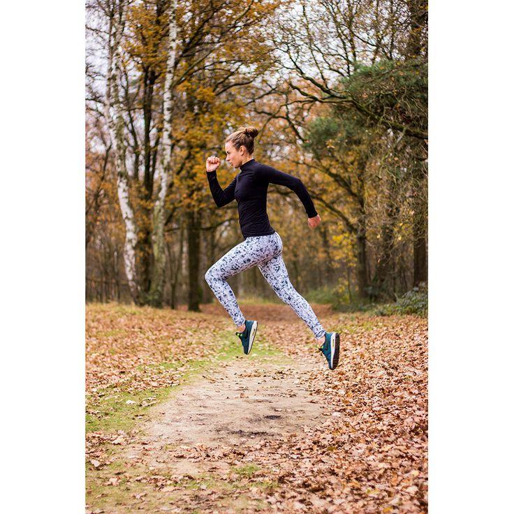 Deze sportlegging is herkenbaar aan het levendige, maar toch veilige design.  De Flower Blocks B/W – Long Tight is de perfecte legging, functioneel voor iedere workout : hardlopen, fitness, yoga, surfen en nog veel meer!  Flower Blocks B/W is een neutraal en modebewust fashionicoon met de juiste pasvorm.      Stevig zakje met rits in de tailleband   Speciale opening voor de kabel van je koptelefoon   Hoge tailleband   Ademend & sneldrogend   Zachte & ultralichte stof   Wat...