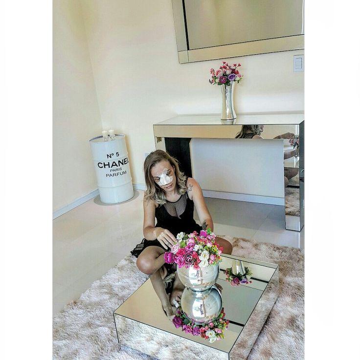 Sala de estar com mesa de centro espelhada e aparador espelhado.  @blogluandabarbie
