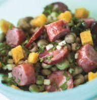 Receita: Salada de favas com salsichas e enchidos