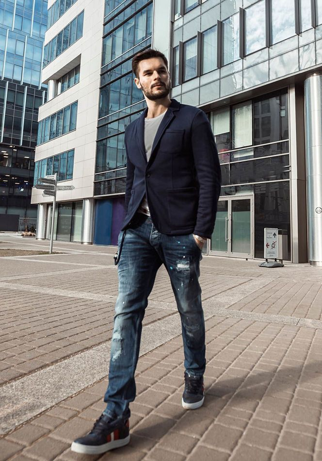 In this styling from Bolf, white is matched with elegant navy blue. Navy blue jeans and a T-shirt is a classic set. Boost up this styling with shoes on a thick outsole and a great blazer with patched pockets. Casual, yet stylish outfit.