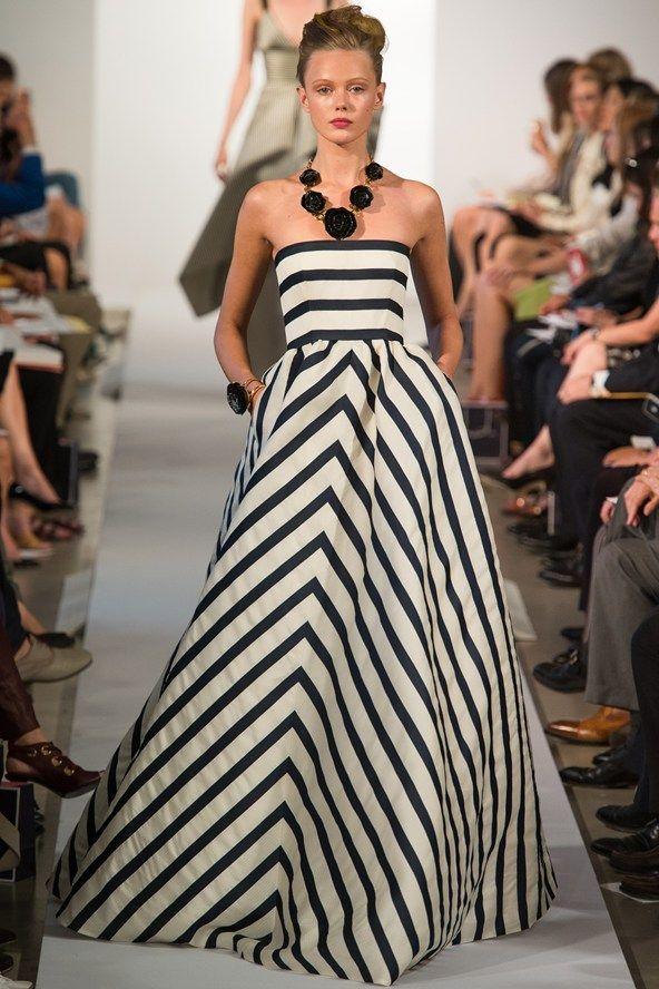 Las rayas están a la moda y podemos ver en este vestido Oscar de la Renta que también pueden ser muy elegantes.