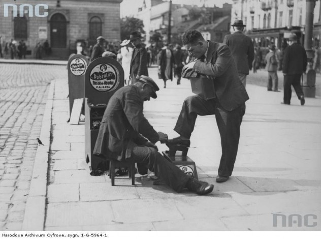 Pucybut na placu przed Dworcem Wiedeńskim