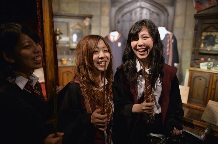 Fãs da saga Harry Potter comparecem à inauguração de uma exposição sobre a saga do bruxo adolescente criado pela escritora britânica J. K Rowling, em Tokio, capital do Japão. A exposição vai até o dia 22 de setembro - http://revistaepoca.globo.com//Sociedade/fotos/2013/06/fotos-do-dia-20-de-junho-de-2013.html (Foto: EFE/Franck Robichon)