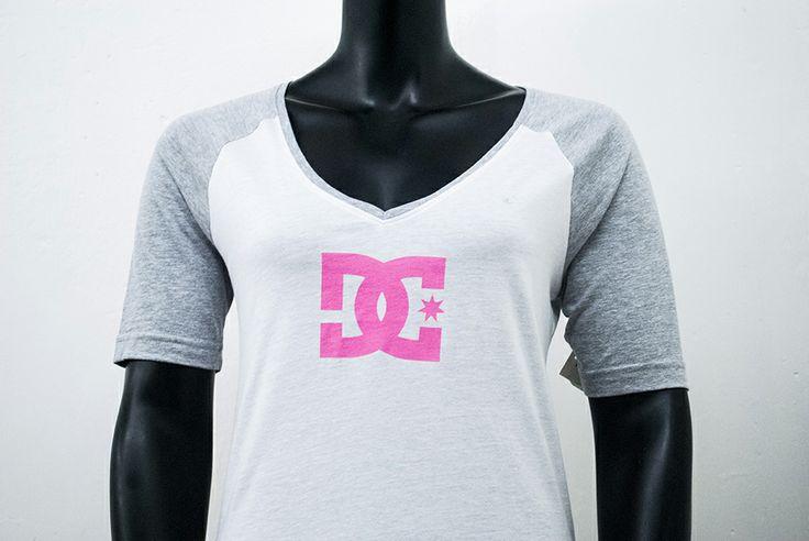 Blusa DC blanca + gris + rosa