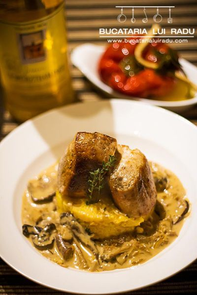 Porc file cu sos ciuperci de padure si mamaliguta. Sherry optional.