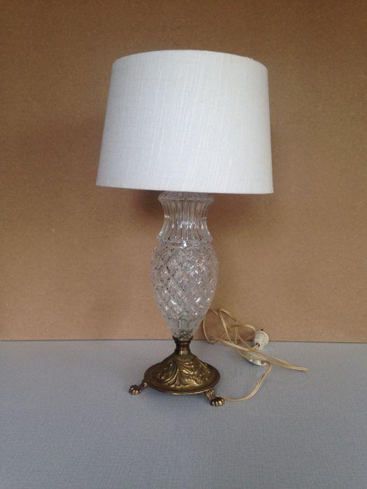 Glazen tafellamp op messing voet met klauwpootjes en linnen lampenkamp (gebroken wit)