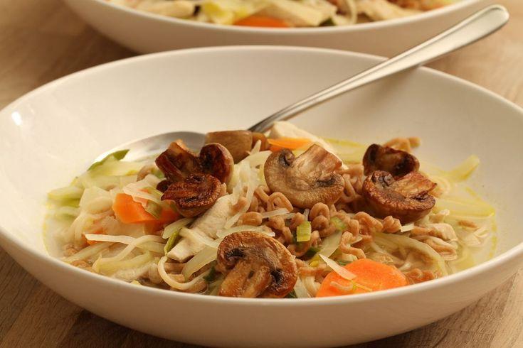 Asiatisk kyllingesuppe med hvidkål - Madopskrifter.nu