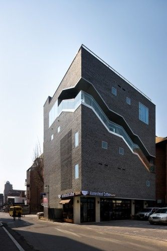 The Bricks / Doojin Hwang Architects - I wonder if this would work for my house...