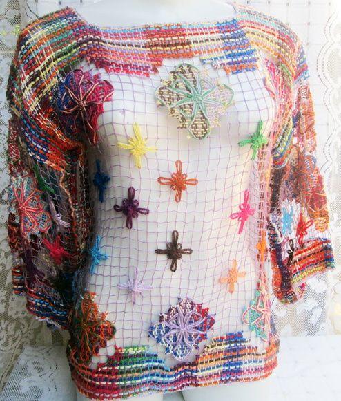 blusa vazada de renda filé. Ideal para ser usada como uma peça sobreposta a uma camiseta. Pode ser bordada em qualquer tamanho e cores. 37 cm de manga 40 cm de cava R$ 120,00