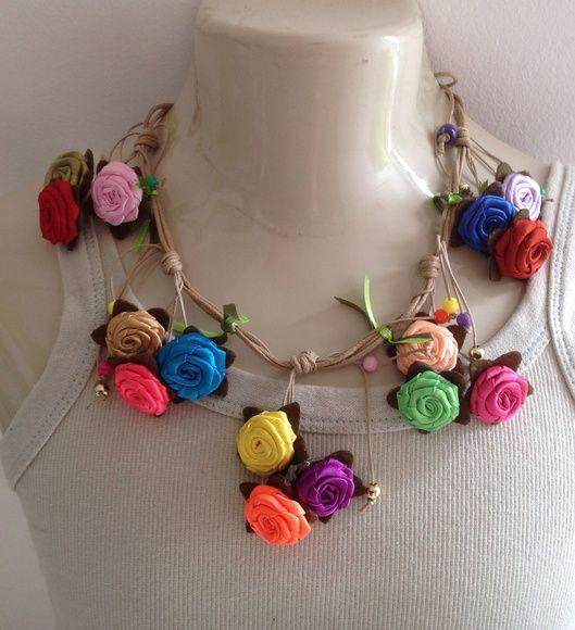 Lindo maxi colar confeccionado com flores de tecido. R$ 28,00 Mais