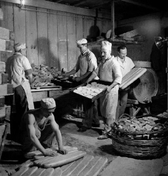 Παρασκευή και πώληση ψωμιού. 1945-1946