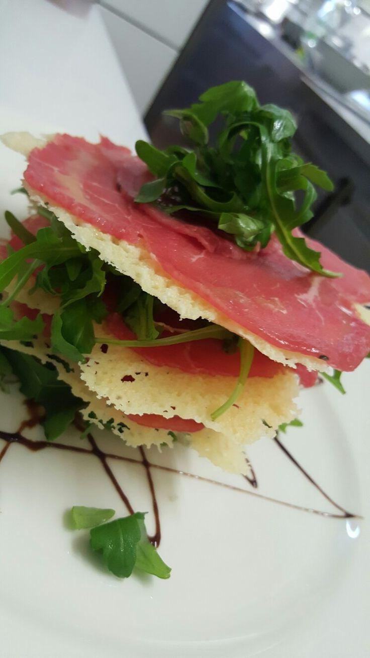 Carpaccio di manzo con croccante al parmigiano