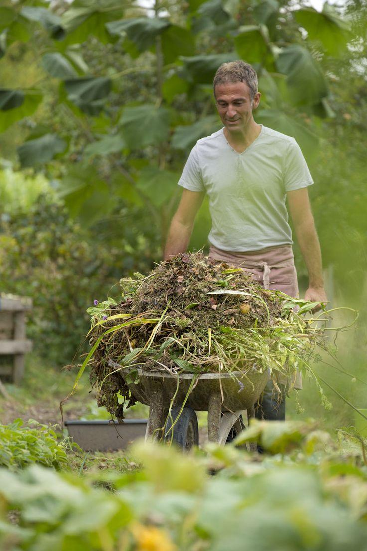 Préparer le sol en respectant la terre, nourrir, pailler, économiser l'eau et recycler les déchets sont autant de gestes qui permettent aux plantes de s'épanouir dans un sol fertile et vivant.