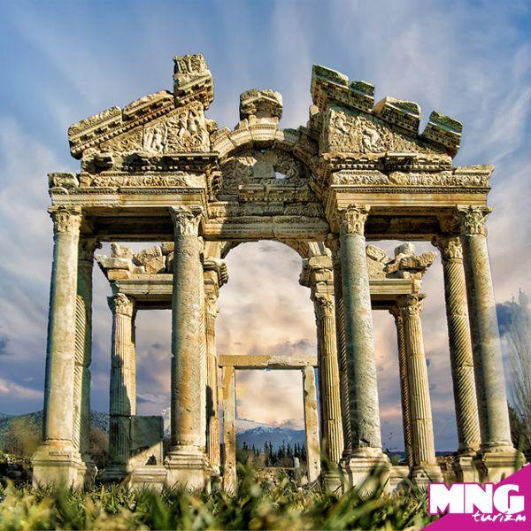 Afrodisias Antik Kenti: M.Ö. 5. yüzyılda kurulan, Lidya eyaletinin başkenti olan kent Afrodit'e adanmış. Ege bölgesinde Nazilli yakınlarında bulunan Afrodisias'ı İonya Turları kapsamında görebilirsiniz. #mngturizm #tatiliste #kültürturları #tarih #arkeoloji #holiday #travel