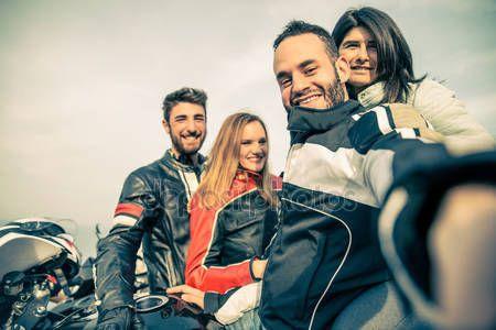 Baixar - Grupo de motoqueiros levando selfie — Imagem de Stock #70533751